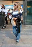 Сиенна Миллер, фото 2849. Sienna Miller arrives at Heathrow Airport - July 31, foto 2849