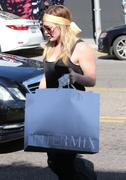 http://img23.imagevenue.com/loc542/th_102307661_Hilary_Duff_shopping_at_Intermix33_122_542lo.jpg