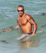 http://img23.imagevenue.com/loc542/th_214701200_Shemar_Moore_on_the_beach_in_Miami16_122_542lo.jpg