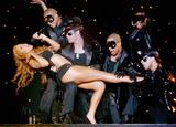 At Madison Square Garden Aug. 23/06 - Just one with her pooch Foto 734 (Мэдисон Сквер Гарден августа 23/06 - Лишь один со своей дворняжка Фото 734)